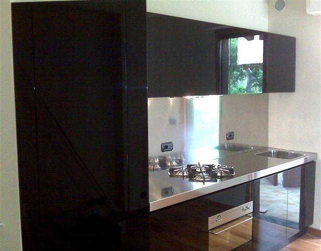 Cucina in acciaio inox e laccato lucido