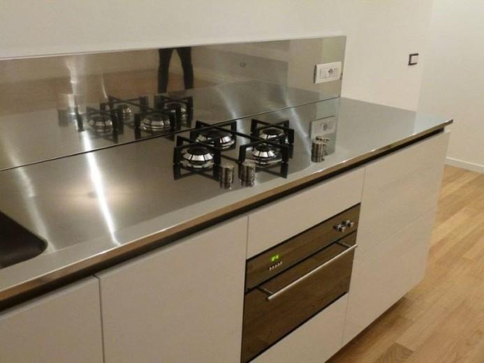 Blocco cucina in acciaio inox e bianco