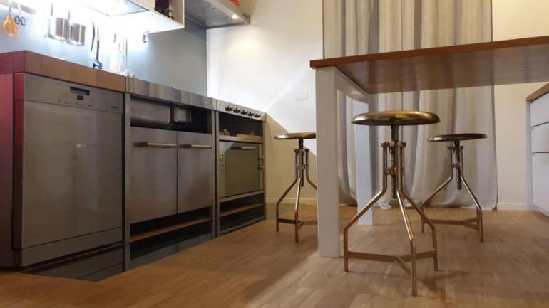 Cucina inox con elementi freestanding
