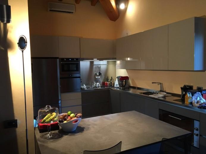 Cucina  ad  angolo con bancone  snack inox/fenix/laccato