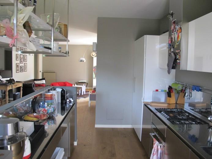 cucina a parete in acciaio inox con isola frontale