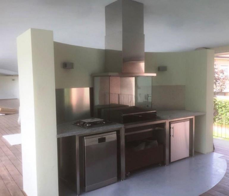 cucina in acciaio da esterno destrutturato
