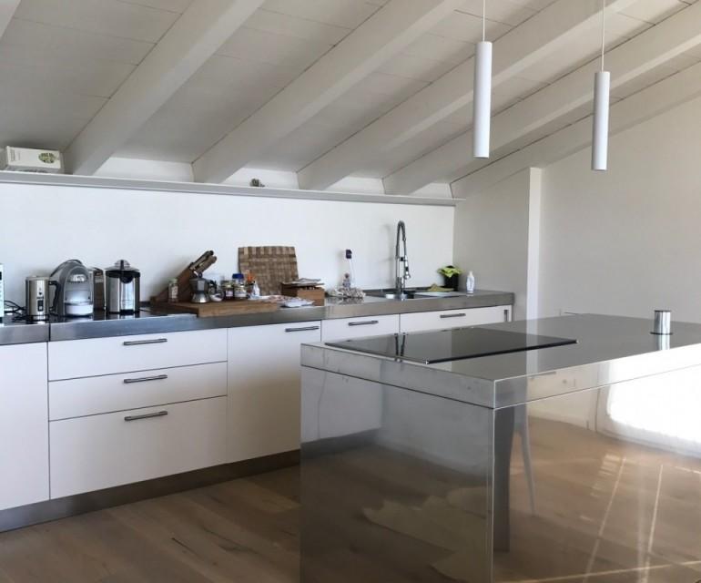 cucina a parete con isola cottura in acciaio inox