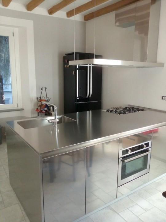 Cucina inox  a penisola: blocco in acciaio inox