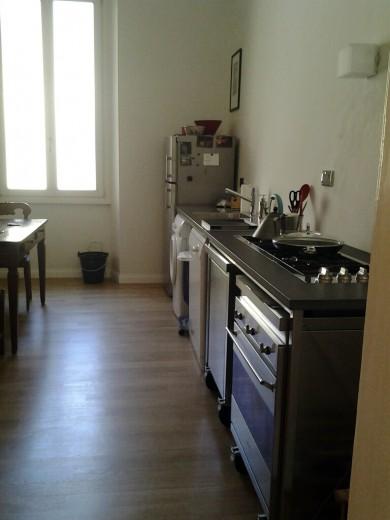 Cucina destrutturata inox e pietra