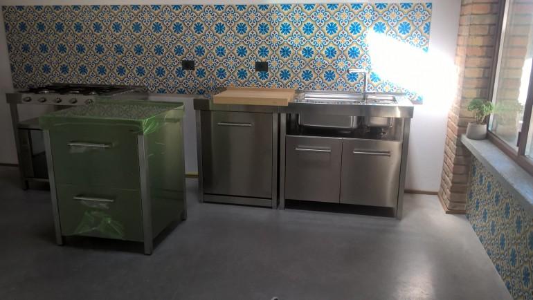 C106 cucina con elementi in acciaio inox freestanding - Cucine in ...