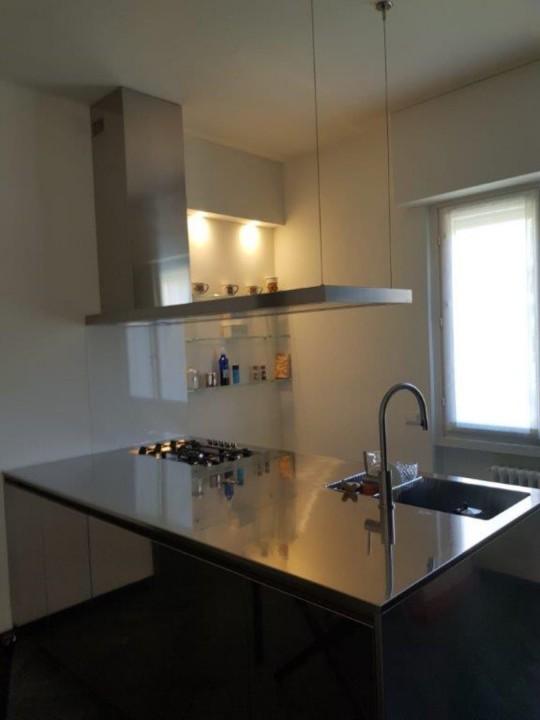 Cornia isola 2 rid. 30 7 2019(2) C159 cucina in acciaio inox a penisola con colonne nero opaco Steellart