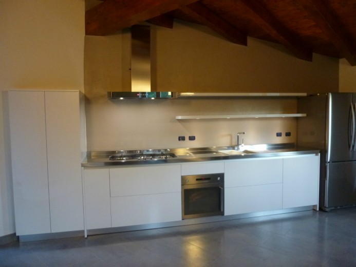 cucina con piano di lavoro in acciaio inox