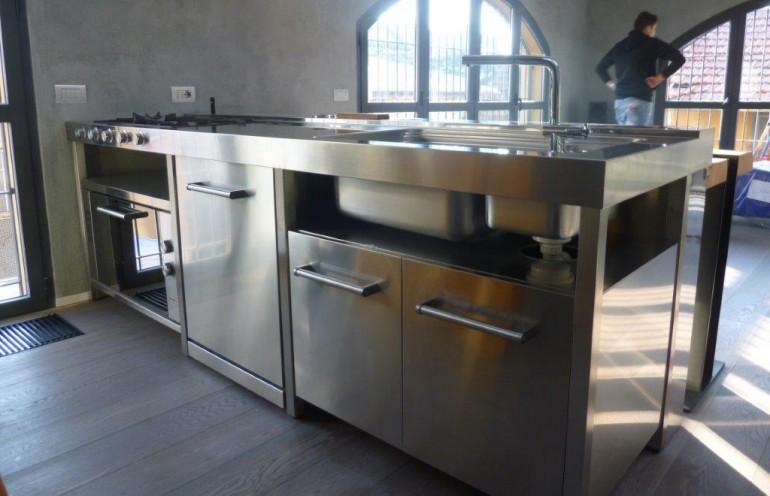 cucina inox a penisola  freestanding con tavolo in massello e ferro