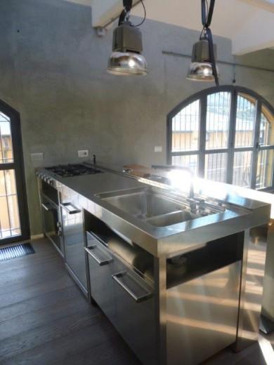 C90 cucina inox a penisola freestanding con tavolo in - Tavolo a penisola ...