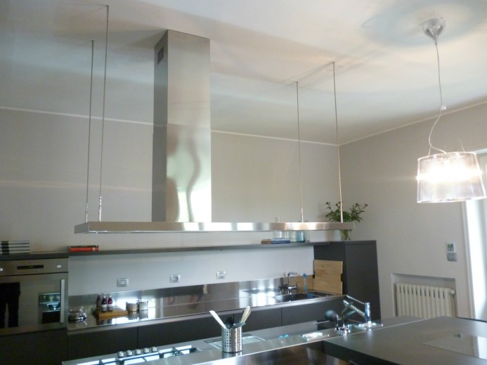 Cucina a isola e a parete in acciaio inox e laccato opaco antracite