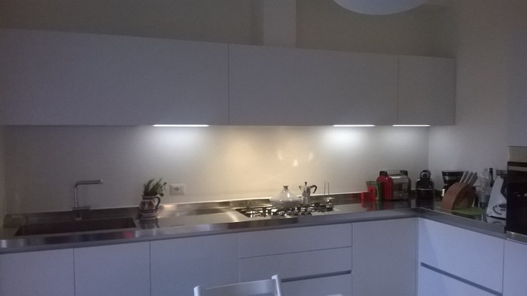 cucina inox e bianco ad angolo