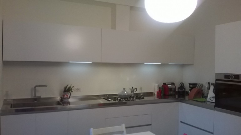 C115 cucina ad angolo con colonne acciaio e bianco - Cucine ...