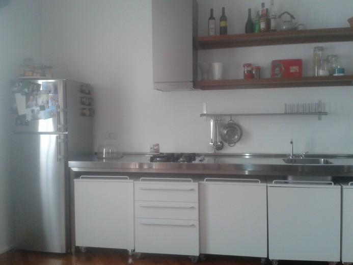 Cucina in acciaio inox e bianco
