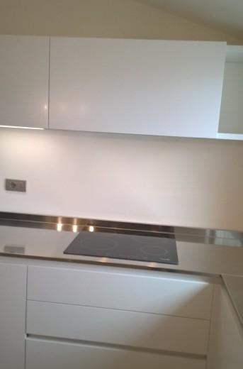 Cucina su  lati opposti in acciaio inox e fenix