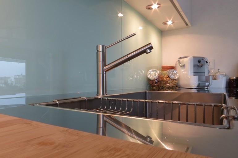 zona lavaggio cucina con piano in acciaio inox