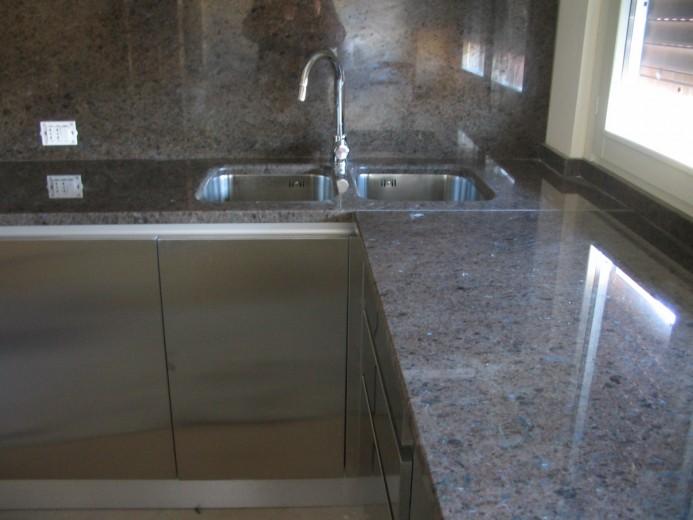 Lopedote 21 C018 Cucina angolo con ante inox e top in pietra Steellart