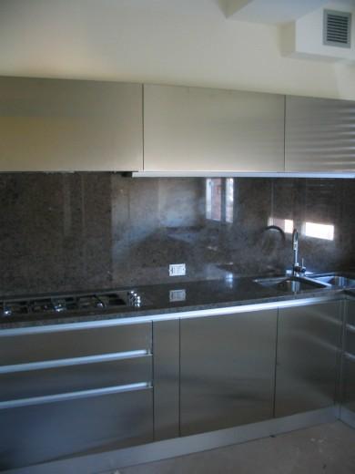 Lopedote 23 C018 Cucina angolo con ante inox e top in pietra Steellart