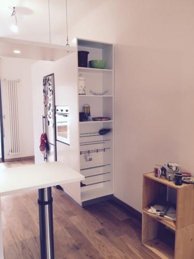 Marcella 3 C89 cucina bianca con topin acciaio inox, su lati opposti Steellart