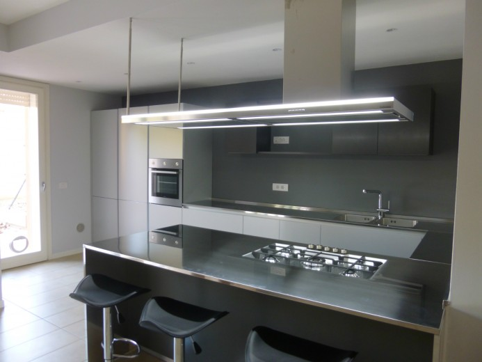 C88 cucina in acciaio inox alluminio a parete con penisola for Costo isola cucina