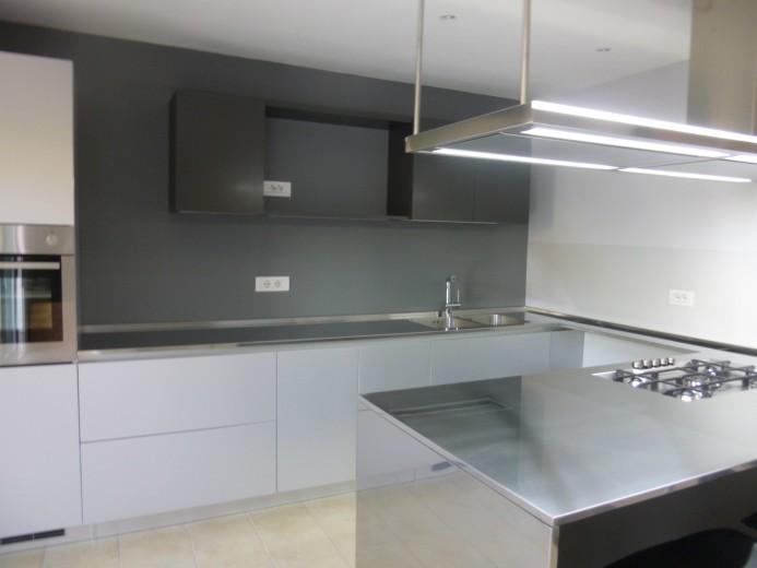Cucina in acciaio  inox/alluminio a  parete  con penisola