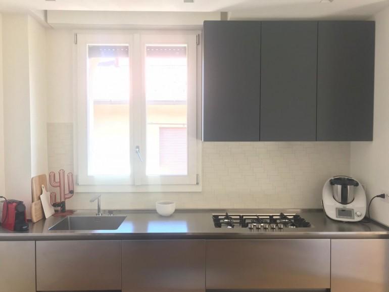 PHOTO 2020 05 27 08 33 02 C174 cucina in acciaio inox e fenix su due lati Steellart