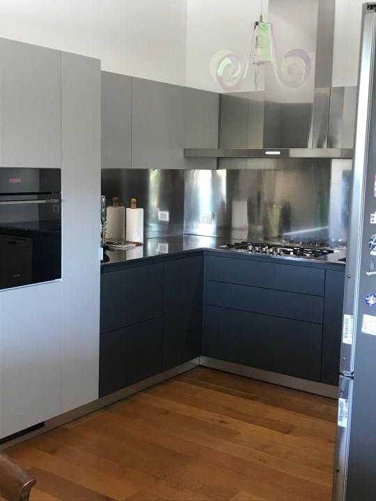Puppo 1  C175 Cucina ad angolo inox, grigio Londra e grigio cenere Steellart
