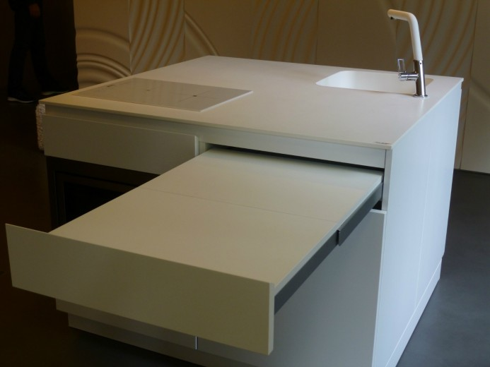 Qbetto bianco con tavolo estr. C66 smallkitchen Q.betto 120x120cm Steellart