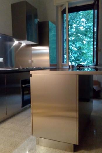 cucina in acciaio inox a parete e isola  snack