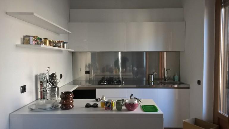 Cucina a U inox e acrilico bianco lucido