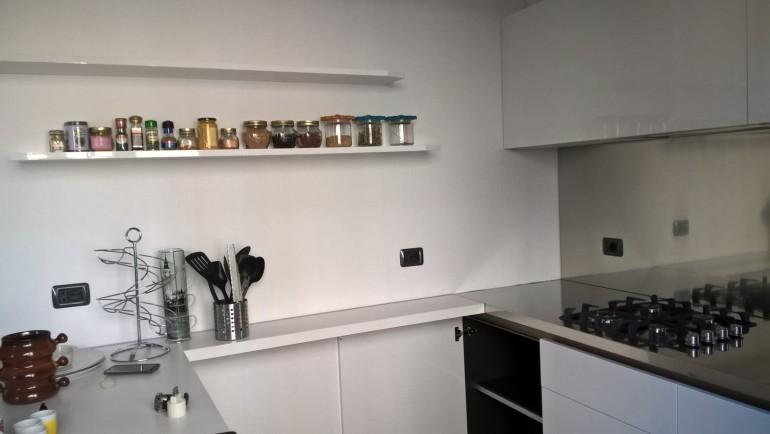 Cucina inox e acrilico bianco lucido