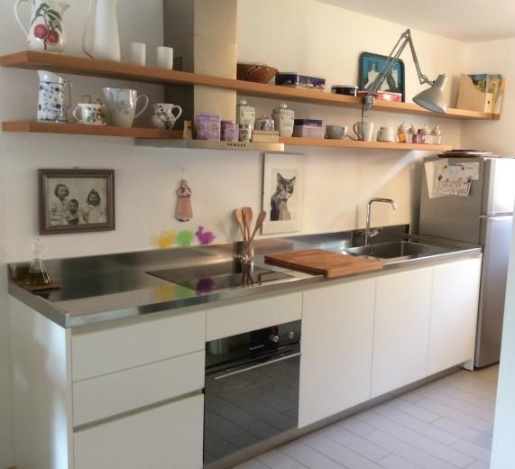 C116 cucina lineare con mensole cucine steellart - Mensole acciaio per cucina ...