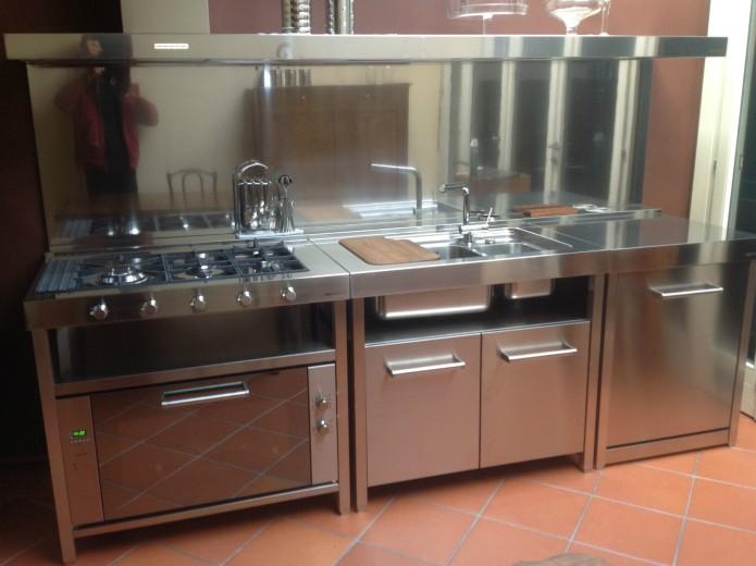 Vertua 2 bis 27 ottobre C76  Cucina in acciaio inox  con  elementi freestanding, 100%riciclabili Steellart