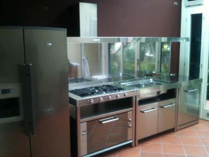 Vertua settembre 2014 C76  Cucina inox  con  elementi freestanding Steellart