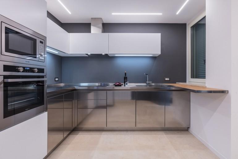 Cucina inox/bianco/legno