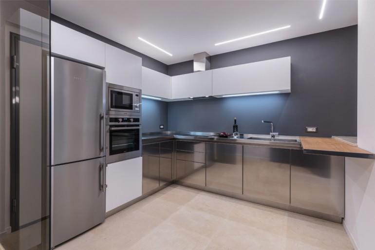 Cucinain acciaio inox/bianco/legno