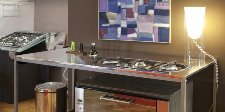 Tavolo con struttura e ripiano in acciaio inox