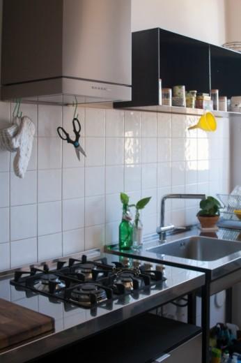 cucina con strutture in ferro nero