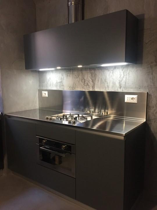 Cucina in acciaio e acrilico nero