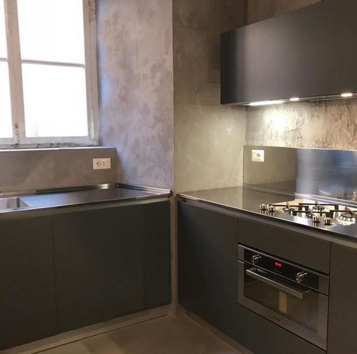 Cucina in acciaio inox e nero