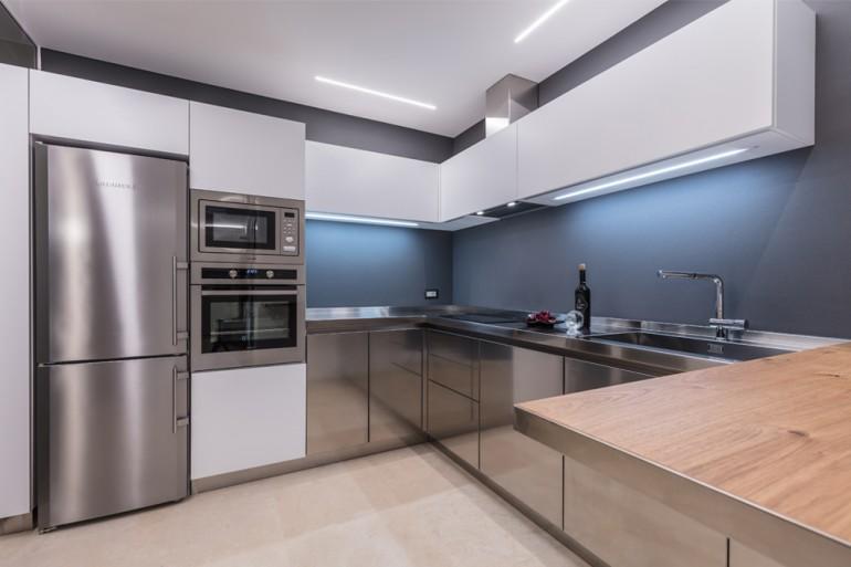 Cucina in acciaio inox/bianco/legno