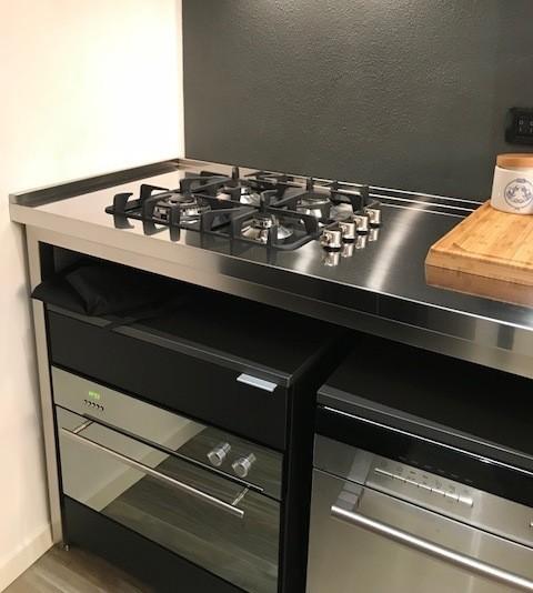 cucina in acciaio inox e fenix a moduli indipendenti su ruote