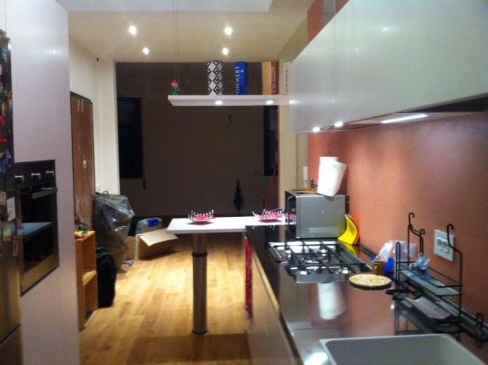 cucina bianca con top inox, su  lati  opposti