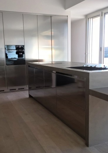 cucina di design in acciaio  inox a isola e parete attrezzata