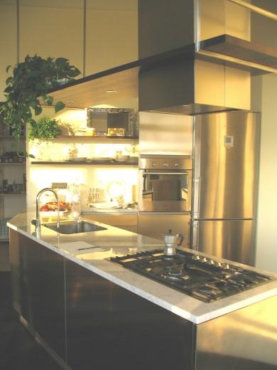 Cucina inox con piano in marmo